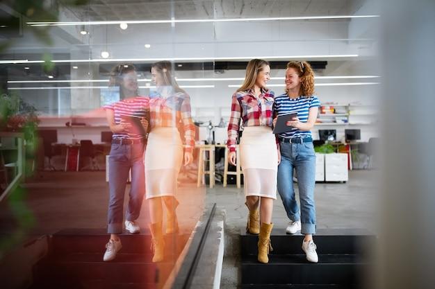 Empresários debatendo e conversando no escritório do local de trabalho