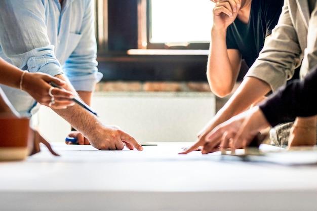 Empresários debatendo ideias usando um gráfico
