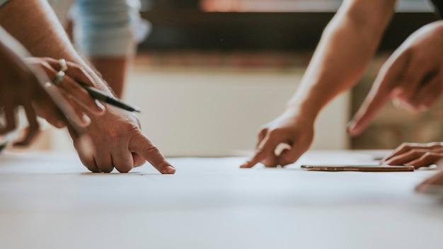 Empresários debatendo ideias usando um papel de parede de gráfico