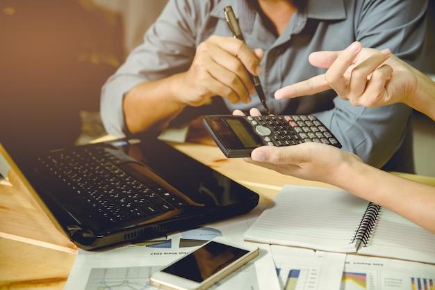 Empresários debater e discutir planos de trabalho em tempo ocupado.