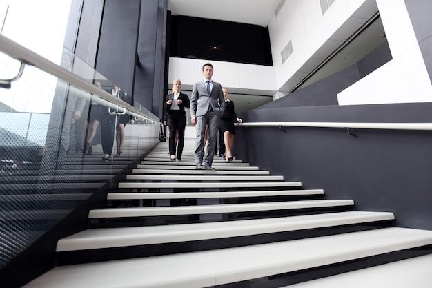 Empresários descendo degraus de escada