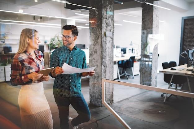 Empresários, designers se divertindo e conversando no escritório do local de trabalho