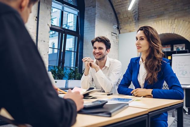 Empresários discutindo à mesa no escritório