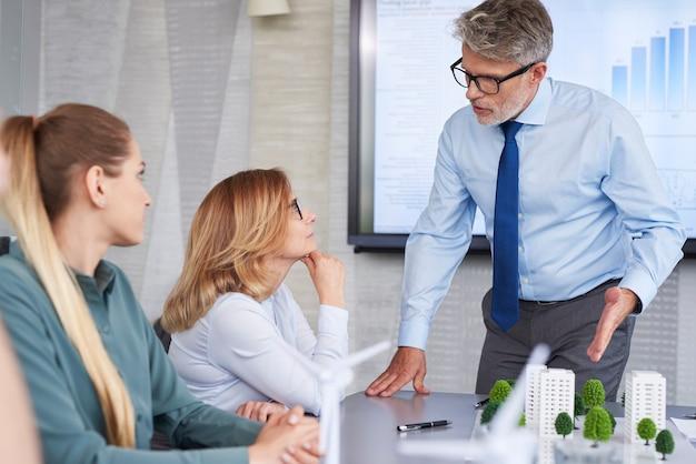 Empresários discutindo com o chefe