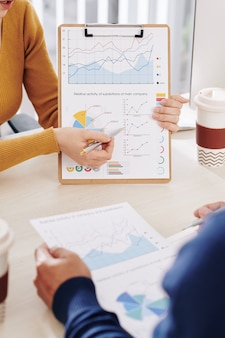 Empresários discutindo dados financeiros