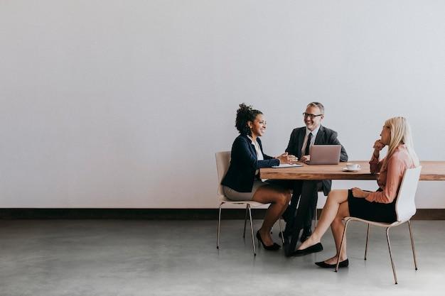 Empresários discutindo em uma sala de reuniões