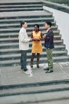 Empresários discutindo ideias