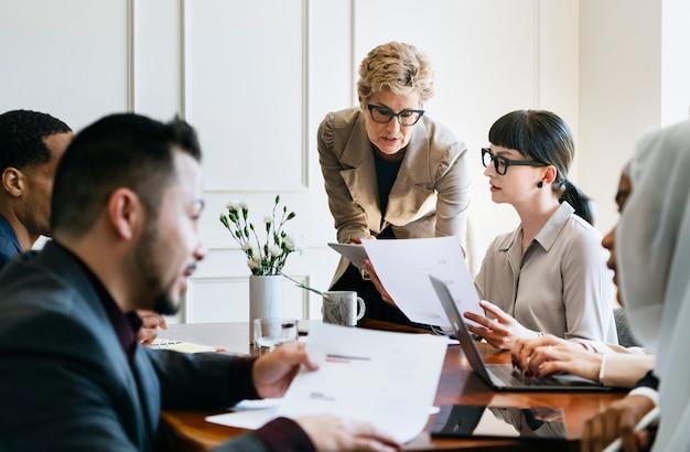Empresários discutindo na sala de reuniões