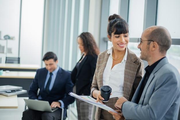Empresários discutindo no escritório durante reunião de negócios