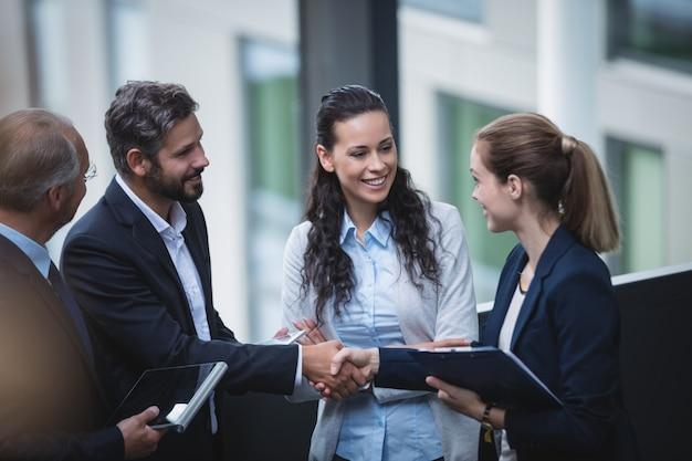 Empresários discutindo no escritório