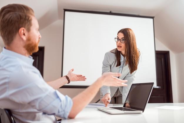 Empresários discutindo no local de trabalho.