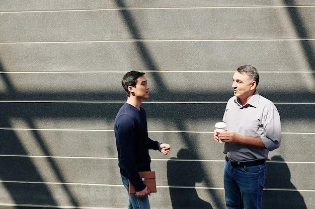 Empresários discutindo notícias