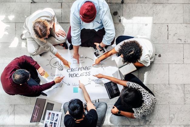 Empresários discutindo o processo de gestão no papel