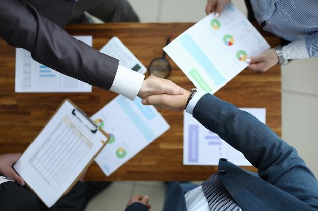 Empresários discutindo problema importante