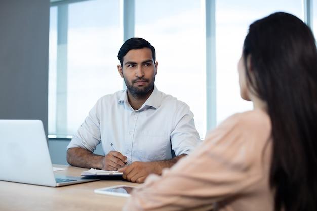 Empresários discutindo sobre contrato
