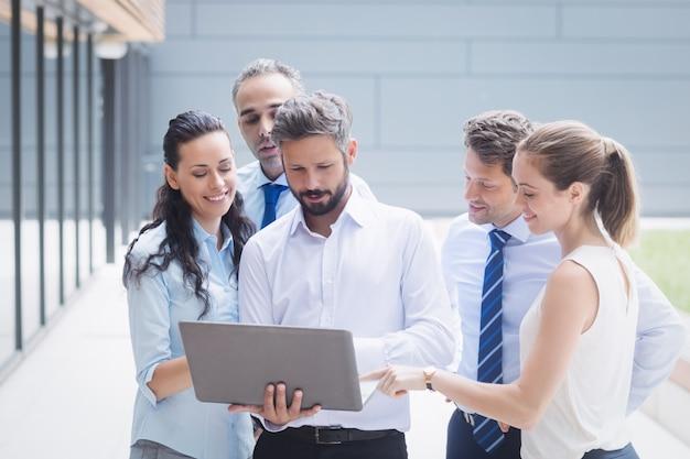 Empresários discutindo sobre laptop