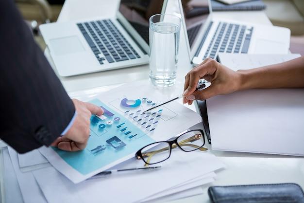 Empresários discutindo sobre o documento no escritório