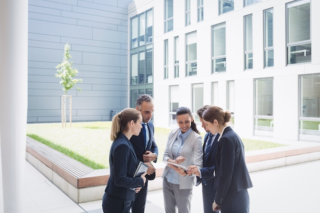 Empresários discutindo sobre tablet digital
