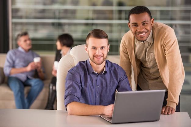 Empresários, discutindo um novo projeto no laptop no escritório.