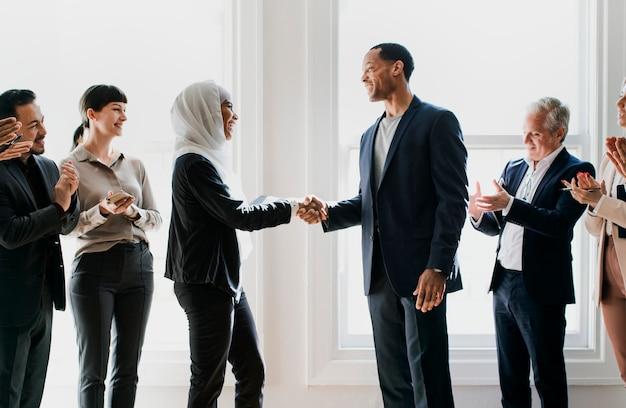 Empresários diversificados felizes fazendo um acordo
