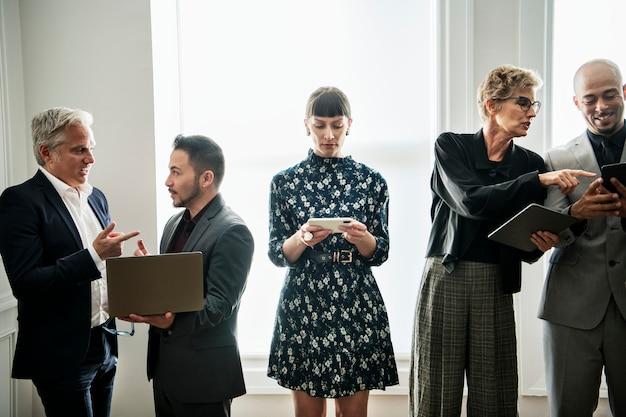 Empresários diversos e ocupados juntos no escritório