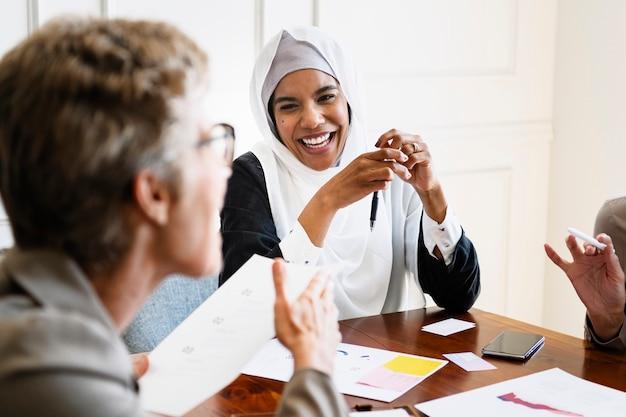 Empresários diversos felizes em uma reunião