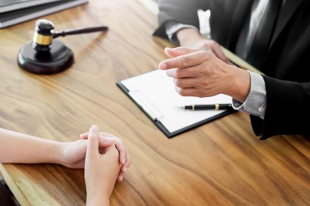 Empresários e advogados discutindo documentos de contrato sentados à mesa