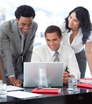 Empresários e empresária trabalhando juntos