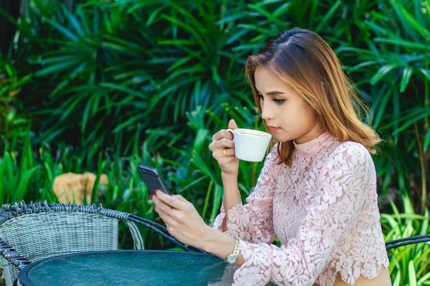 Empresários e mulheres estão usando celular e toque de telefone inteligente para comunicação e verificação em pessoas de negócios em plano de ...