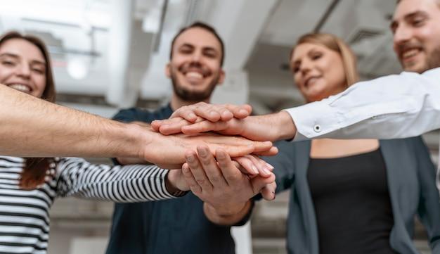 Empresários em reunião de escritório apertam a mão