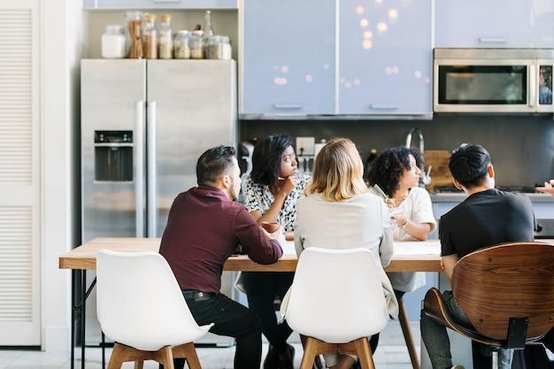 Empresários em reunião no escritório