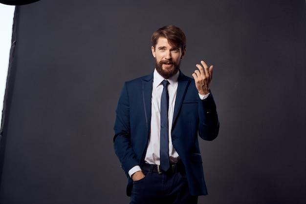 Empresários emoções mão gestos fundo isolado. foto de alta qualidade