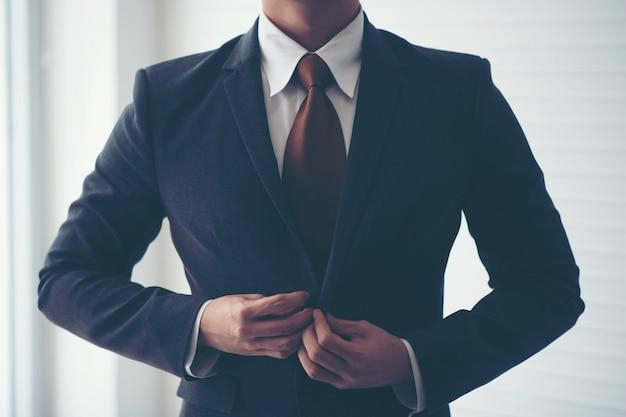 Empresários estão amarrando a gravata. para se preparar para a apresentação