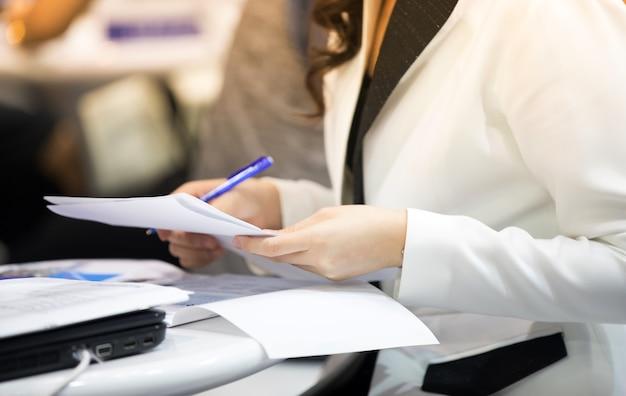 Empresários estão assinando contratos financeiros um documento oficial