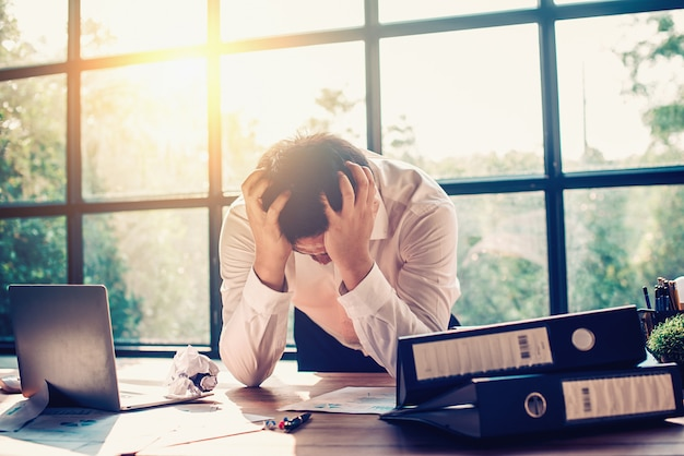 Empresários estão estressados com o trabalho no escritório.
