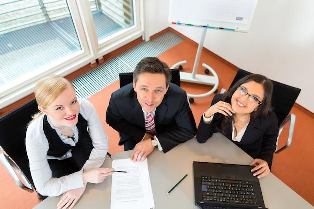Empresários estão sentados na mesa do escritório