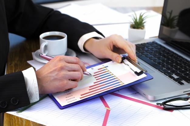 Empresários estão trabalhando em um projeto de negócios.