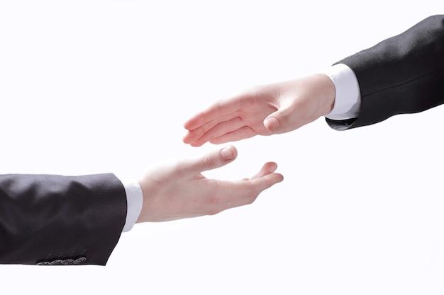 Empresários, estendendo as mãos para um aperto de mão.