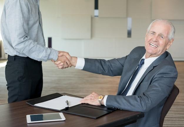 Empresários eteticos concluindo novo acordo