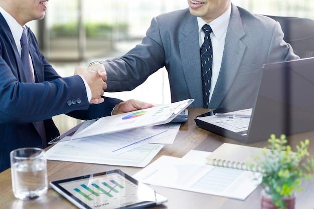 Empresários expressando elogios por uma conquista ou bons desejos em uma ocasião especial de novo contrato ou acordo mútuo.