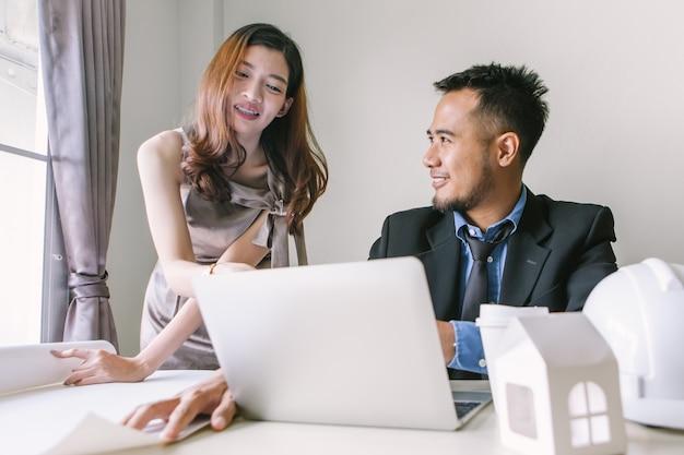 Empresários falam sobre colocação de emprego com designers de interiores femininos.