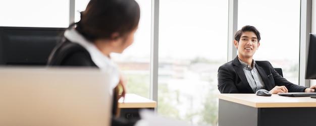 Empresários falando no escritório