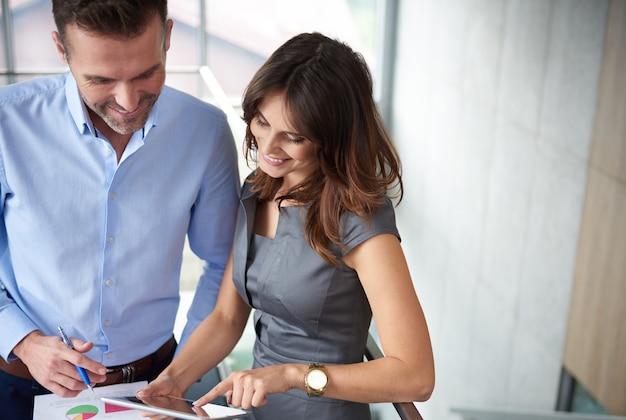 Empresários falando sobre documentos