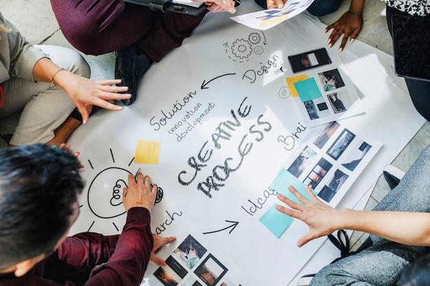 Empresários fazendo brainstorming sobre o processo de gestão no papel