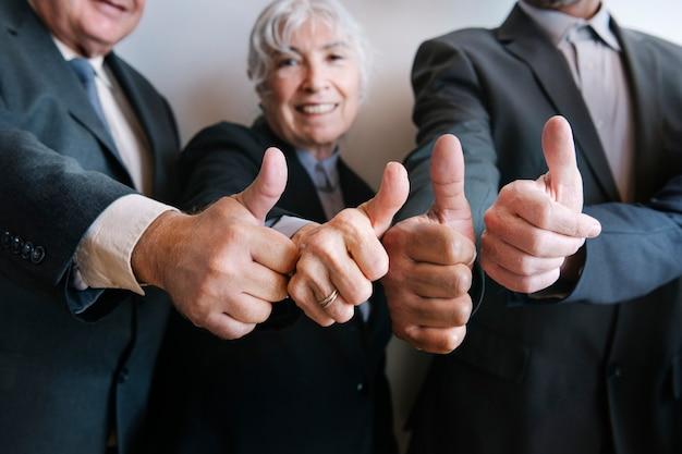 Empresários fazendo sinal de positivo juntos