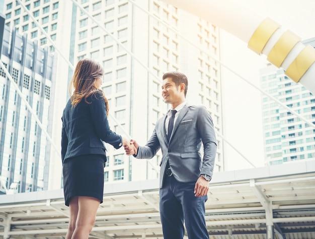 Empresários felizes apertando as mãos. sucesso empresarial.