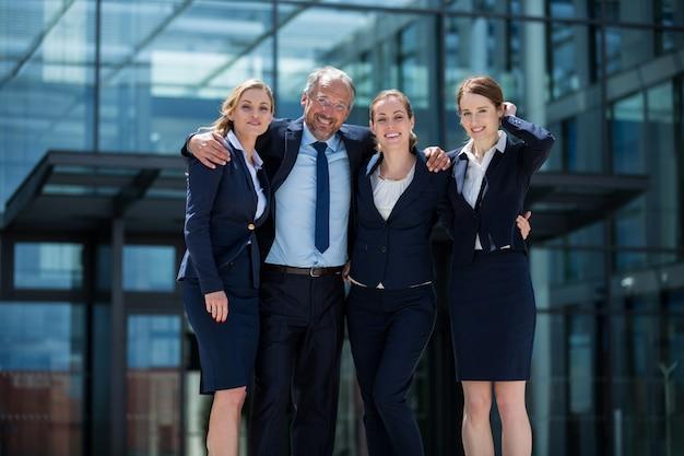 Empresários felizes em pé nas instalações do escritório