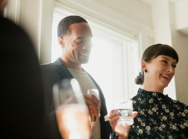 Empresários felizes em uma festa de escritório