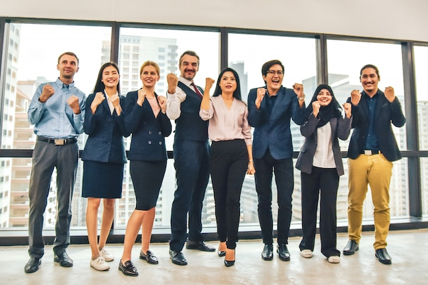 Empresários felizes no escritório