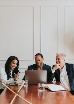 Empresários felizes usando um laptop